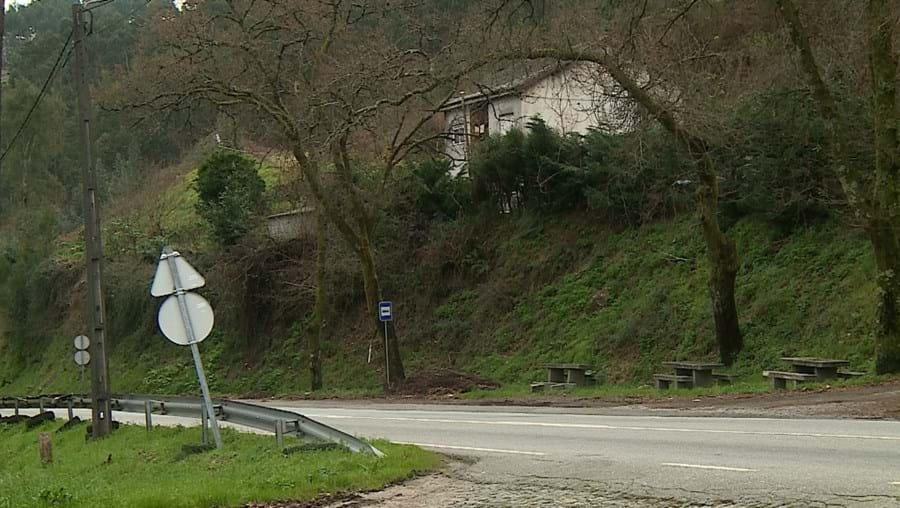 Moradia situada junto à EN101, na freguesia de Balazar, Guimarães, está localizada numa zona resguardada e funciona como casa de alterne há vários meses