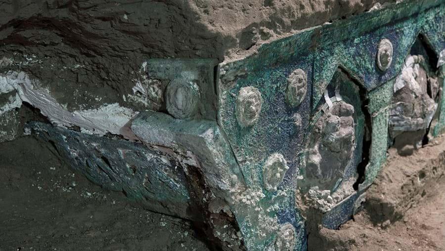 Arqueólogos descobrem carruagem cerimonial do século 79 DC em Pompéia
