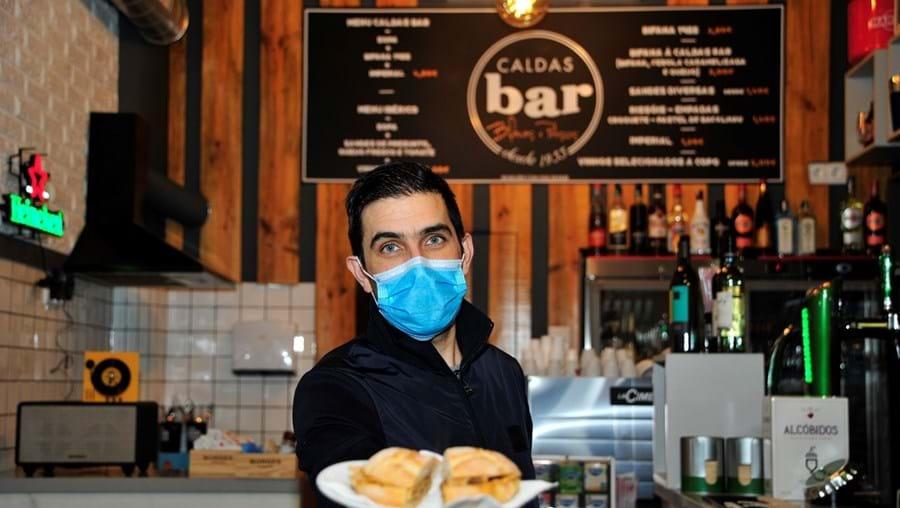 Dono do Caldas Bar destacou-se por oferecer bifanas a quem não tinha dinheiro para as pagar e a profissionais de saúde
