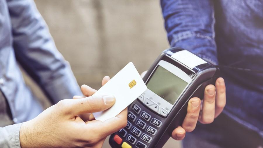 Cartão furtado de carro em parque de um hipermercado tinha o sistema contactless ativado. Foi usado durante oito dias