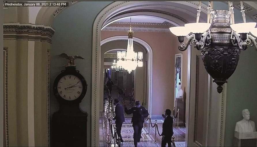 Romney é alertado por polícia de que vai direito aos manifestantes