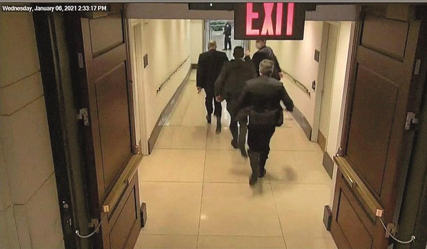 Schumer é forçado a voltar para trás para fugir a invasores