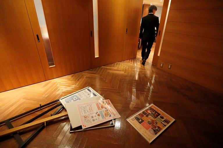Posters no chão do hall de um hotel após sismo no Japão