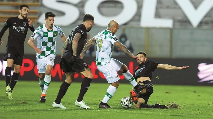 Rafael Martins (Moreirense) disputa lance dividido com o benfiquista Taarabt na partida de ontem à noite em Moreira de Cónegos