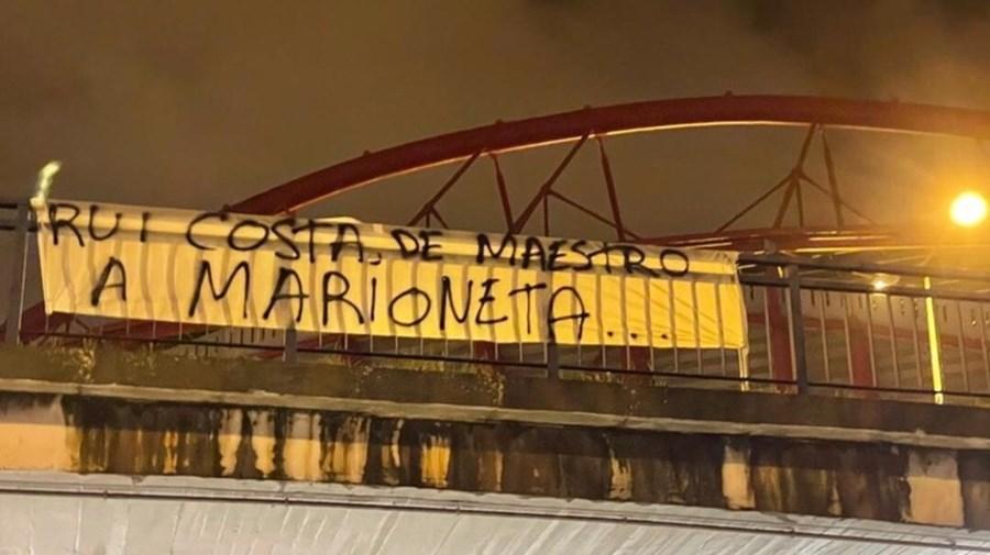 'De maestro a marioneta': Tarjas colocadas no Estádio da Luz lançam críticas a Vieira e Rui Costa
