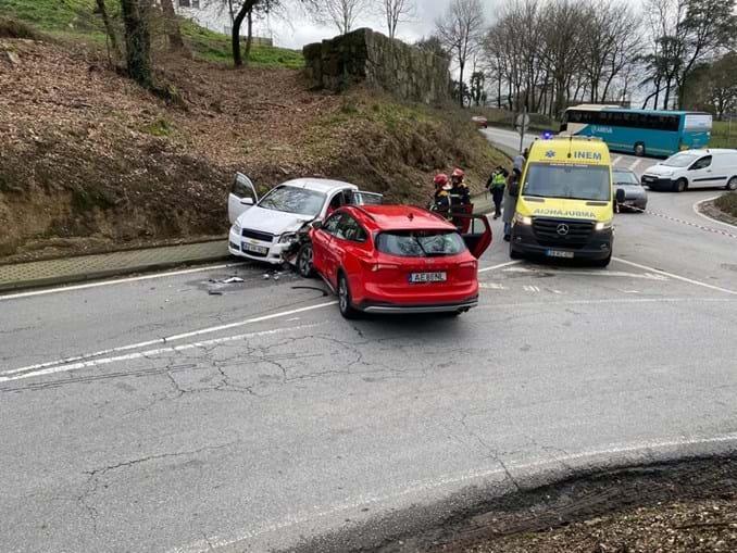 Duas pessoas feridas em colisão entre dois carros em Guimarães