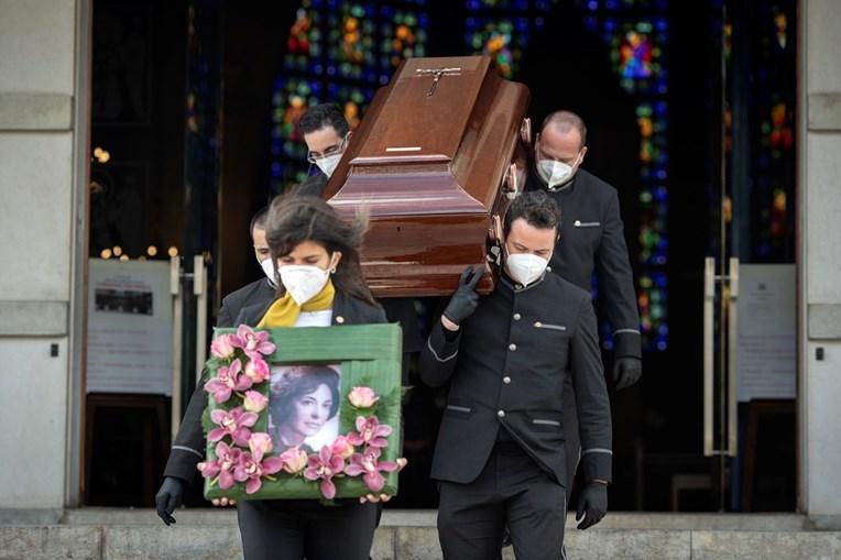 O corpo de Carmen Dolores no momento em que deixou a igreja em direção ao Cemitério do Lumiar