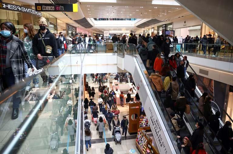 Clientes em shopping em Londres, no Reino Unido