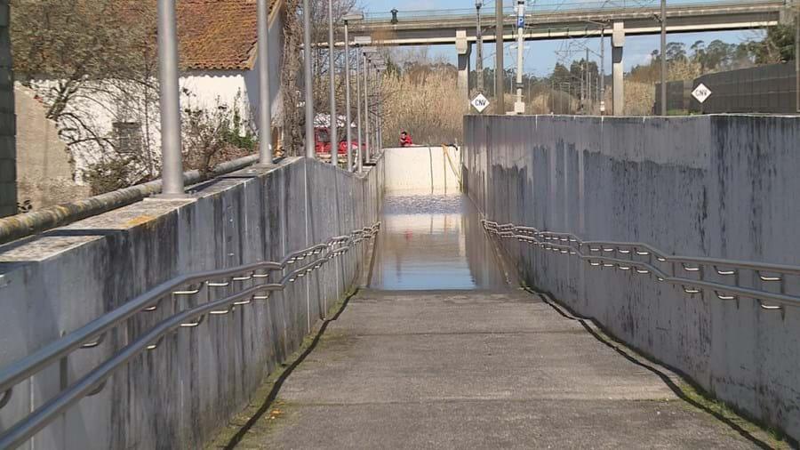 Passagem pedonal está alagada