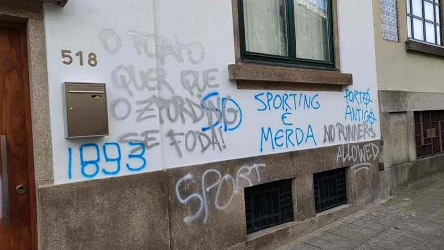 Associação do Sporting no Porto vandalizada com grafitis. Veja as imagens