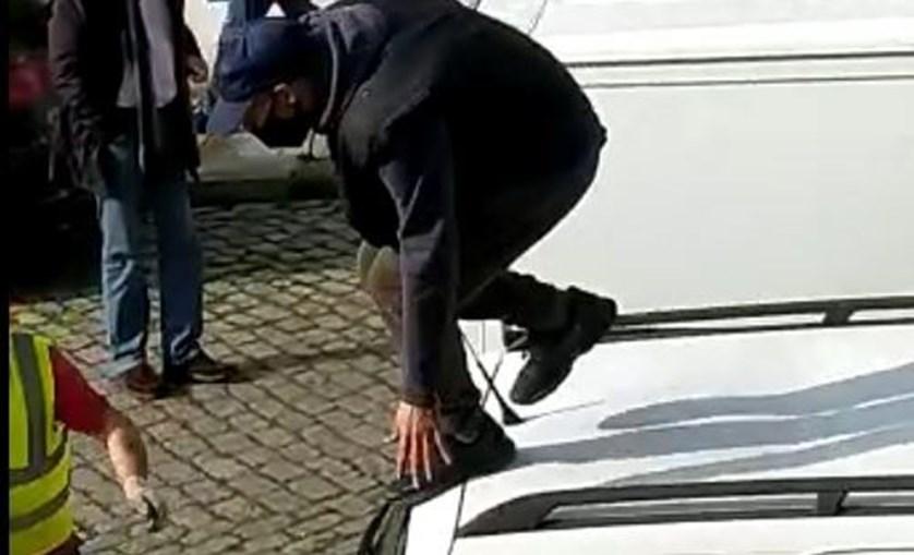 Ladrão encurralado puxa de navalha para fugir