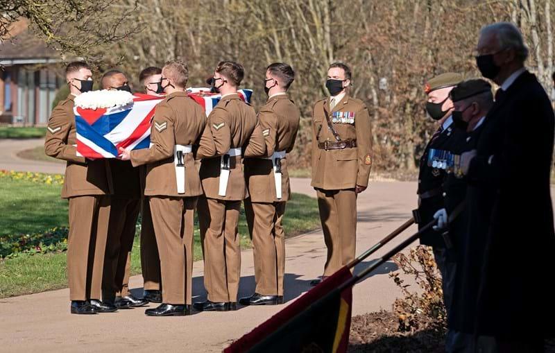 Militares das Forças Armadas carregam caixão com corpo do capitão