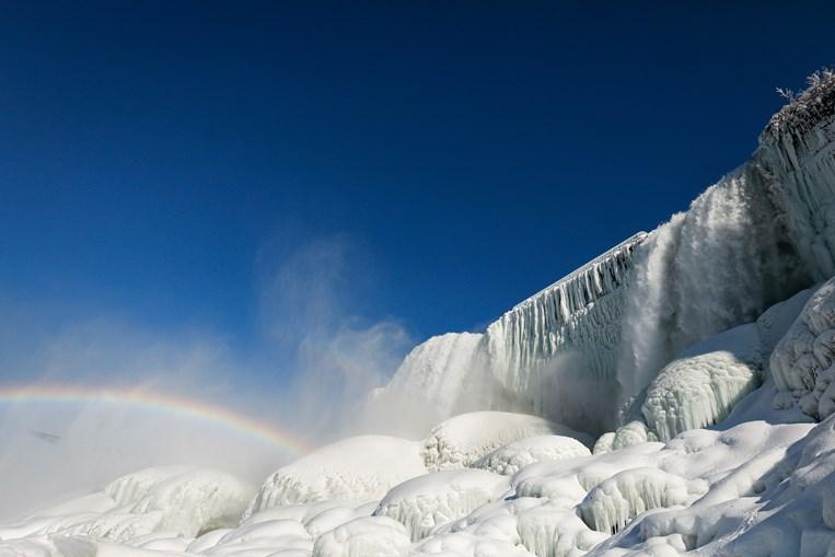 Efeito da água e do gelo cria um arco-íris