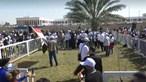 Cânticos e bandeiras: multidão aguarda chegada do Papa Francisco ao Iraque. Veja as imagens