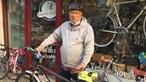 António Costa aproveita manhã de sábado para arranjar a bicicleta. Veja o primeiro-ministro equipado a rigor