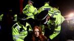 Manifestantes e polícia envolvem-se em confrontos durante vígilia em homenagem a Sarah Everard em Londres