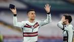 Ronaldo atira braçadeira de capitão ao chão após golo não validado por árbitro em jogo entre Portugal e Sérvia