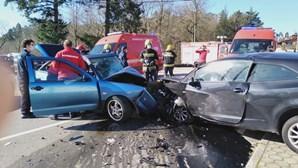 Colisão frontal entre dois carros deixa três pessoas gravemente feridas na Feira