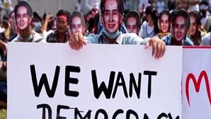 Manifestantes no Myanmar usam máscaras da líder Aung San Suu Kyi para exigir a sua libertação