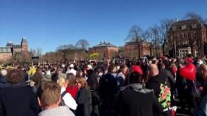 Manifestantes protestam contra restrições da Covid-19 em Amesterdão