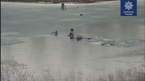 Polícia salva quatro homens após queda em gelo na Ucrânia