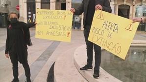 """""""Deixem-nos trabalhar"""": Cabeleireiros manifestam-se pela reabertura imediata dos salões"""