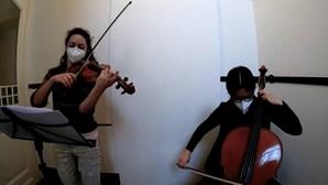 Membros de orquestra dão concertos por encomenda à porta de casa