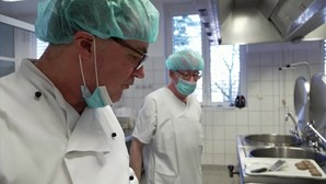 Chef alemão com estrelas Michelin troca restaurante por cantina de hospital