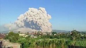 Vulcão Sinabung da Indonésia volta a entrar em erupção