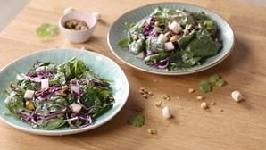 Salada versátil e colorida de couve roxa e espinafres