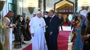 Papa Francisco recebido com música e dança em visita histórica ao Iraque
