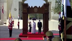 Papa Francisco recebido com guarda de honra no palácio presidencial iraquiano