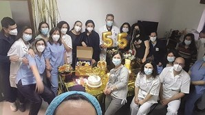 Fotografia mostra mais de uma dezena de profissionais de saúde em convívio no hospital da Guarda. Veja a imagem