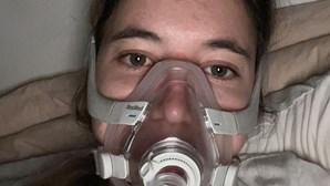 Jovem com fibrose quística emociona-se ao constatar ausência de tratamento em Portugal