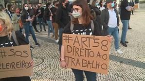 """""""Andam a adiar a nossa morte"""": Movimento """"A Pão e Água"""" sai às ruas do Porto para pedir abertura do comércio"""