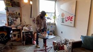 Pintor de Nova Iorque apoia comunidade artística ao comprar obras de desconhecidos