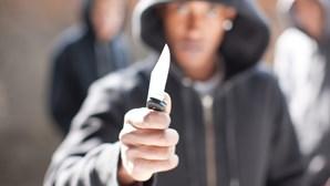 Prisão preventiva para homem que usava faca para roubar nas ruas e lojas no Seixal