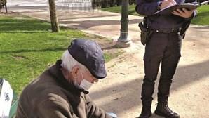 Polícia nega multa a idoso apanhado a descansar em banco de jardim