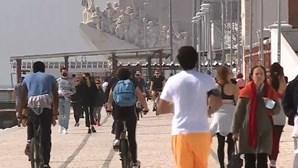 Dezenas de pessoas aproveitam sábado de sol para passear junto ao rio em Lisboa. Veja as imagens