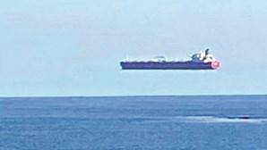 A ilusão de ótica que faz os navios 'pairarem' no ar. Veja a imagem