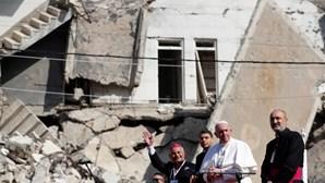 Papa Francisco reza pelas vítimas de guerra em Mossul, no Iraque. Veja as imagens