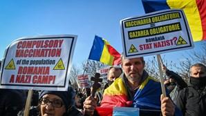 Milhares de romenos protestaram em Bucareste contra a vacinação obrigatória