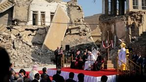 Papa Francisco emocionado nas ruínas de Mosul no último dia de visita ao Iraque