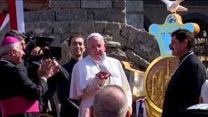 Papa Francisco solta pomba branca como homenagem às vitímas da guerra em Mossul, no Iraque