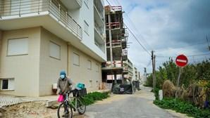 Prédio com obras no meio de rua na Nazaré revolta moradores