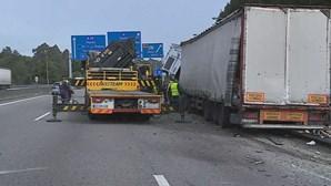 Despiste de camião provoca longas filas na A1 em Gaia, no sentido Lisboa-Porto