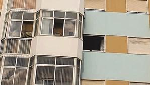 Fogo em prédio na Costa de Caparica deixa quatro pessoas feridas