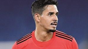 Equipa do Benfica prefere três centrais