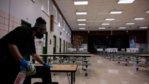 Autoridades dos EUA admitem reduzir a distância sanitária nas escolas de 2 para 1 metro