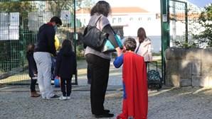 Regresso às aulas após confinamento: Houve até quem se vestisse de super-homem para voltar à escola